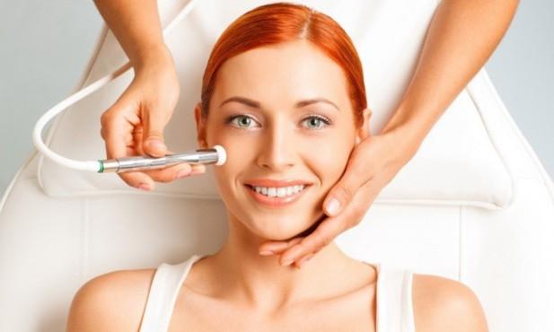 девушке чистит кожу лица
