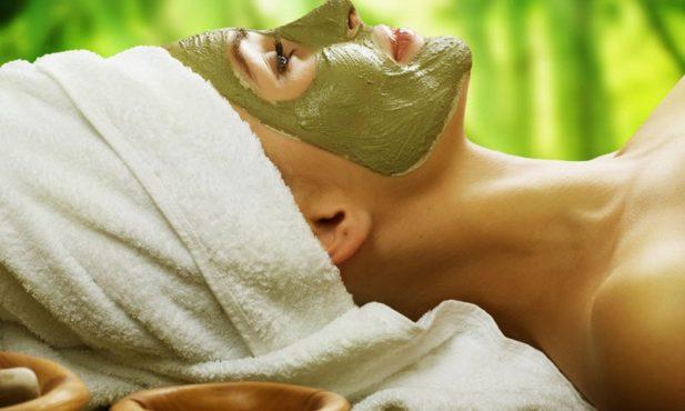девушка сделала зеленую маску для лица